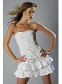 Robe courte de cocktail blanche, dos nu, volantée au bas de la robe avec ceinture